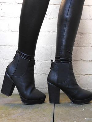 33a3389e6b98 Можно считать, что времена, когда жестко регламентировались и форма, и  высота каблуков в женской обуви, прошли безвозвратно. Потому что осенняя  мода 2019 ...