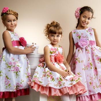Её желание выглядеть красиво и быть похожей на свою стильную маму легко воплотить, обратившись к коллекциям платьев для девочек, которые в 2015 буквально