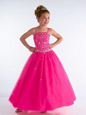 «Выпускные» платья для девочек в 2015 году выглядят как первые, но настоящие бальные модели. Здесь всё тоже как у взрослых: нарядные фасоны