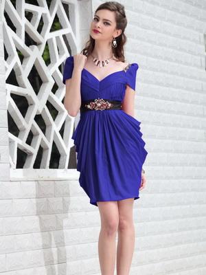 Скромницам понравятся короткие платья на выпускной в стиле минимализм. Его отличительные черты: лаконичность силуэта, отсутствие большого количества
