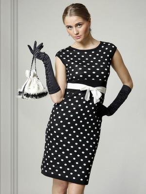 dd5bc539440 Дизайнеров вдохновили фасоны очень женственных и роскошных платьев середины  прошлого века. Откровенные вырезы