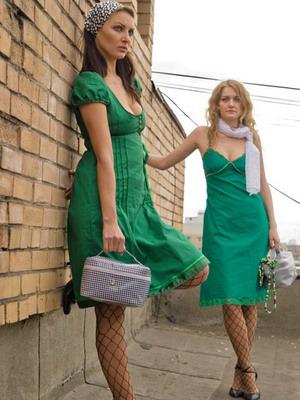 Зеленое платье цвет кожи