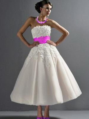 Свадебное платье в стиле 50-60-х и сегодня сохранило канонический фасон. Легкий, воздушный и слегка девичий образ создается за счет достаточно закрытого