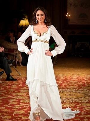 Модели традиционного индийского сари для невест вызывают настоящее восхищение. В оригинале они выдержаны в насыщенных оттенках красного и зеленого цвета