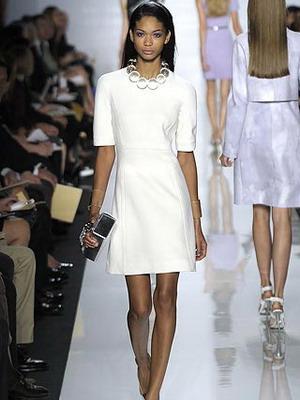 Стильный лук с белым коротким платьем