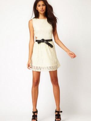 Белое платье с кружевом снизу
