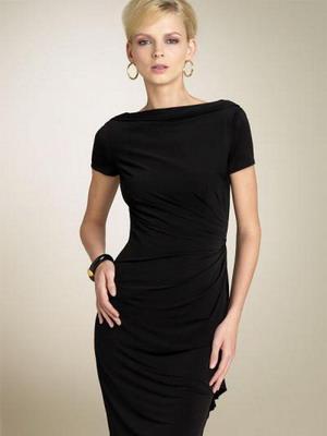 Черное платье в пол по фигуре