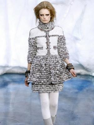Одела платье белое минус