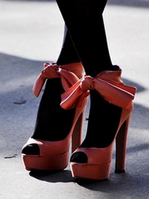 Скачать фотки девушка в красных туфлях на высоком каблуке фото 733-648