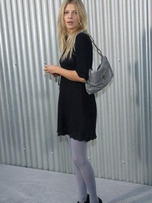 Черная юбка и серые колготки