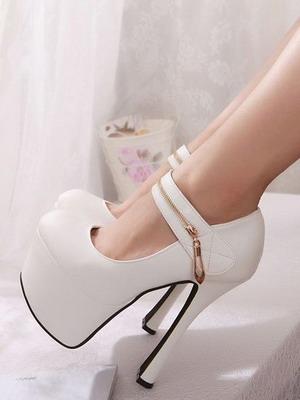Модные белые туфли на каблуке