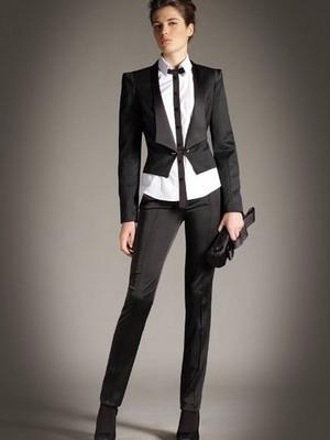 84eacaf206f9 Посмотрите на фото  деловой стиль женщины подчеркивается классической  элегантностью и безукоризненностью. Узнаваемость модели делает эту вещь  самой желанной ...