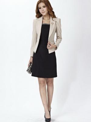 2c05a8c5ade4 Лучший костюм для деловой встречи – это классический однотонный пиджак и  юбка. На подсознательном уровне такой консерватизм вызывает доверие и  ассоциируется ...