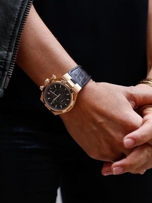 Некоторые женщины предпочитают механические часы, внешне напоминающие  мужские. Среди последних модных тенденций — часы с крупным циферблатом и  минимумом ... a8f9289f3da