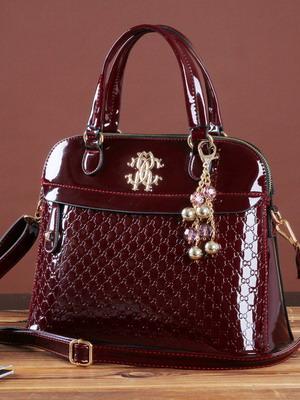 9767452d4e4f Обратите внимание на фото: деловые сумки для женщин смотрятся роскошно,  если они сделаны из лакированной кож, причем всех тонов, особенно в  комплекте с ...