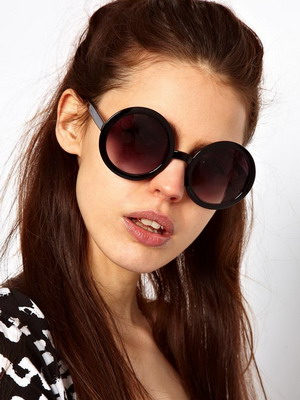 f50922ac6b019f Женские солнцезащитные очки 2019 в лучших традициях классики стали легче и  даже немного воздушнее. Черный цвет оправ и линз по-прежнему в моде, ...