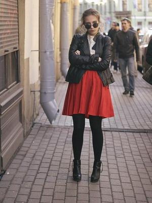 Красная юбка с кожаной курткой