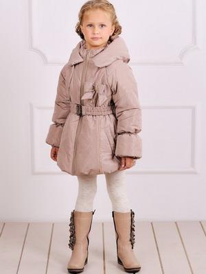 Для девочек на пике моды нежные и романтичные модели. Модные детские куртки 2015 года отличаются сложными фасонами, напоминающими предметы гардероба для
