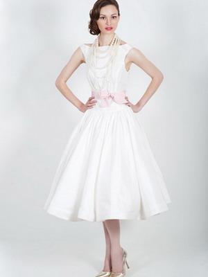 Фасон такого платья в точности воссоздает силуэт «песочные часы» . Деликатно и четко подчеркнутая линия бюста, тонкая талия и свободно очерченная линия