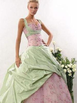 d30567abe1eadd Сукні, обшиті квітами, намистом, перлами, бісером і оздоблені ручною  вишивкою. Одягнувши таку сукню, кожна дівчина буде виглядати немов  принцеса, ...