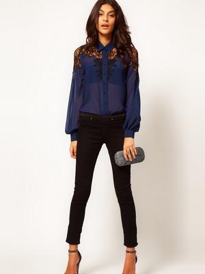 78eea55a590 Под легкие шифоновые брюки стилисты рекомендуют выбирать хлопковую блузку с  гипюровыми вставками. В таком наряде женщина будет выглядеть стильно