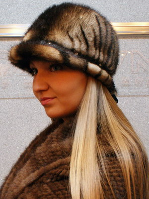 14b728ff3e6 A fur coat without active decor with a fox fur hat is the best option for a  spectacular urban look.