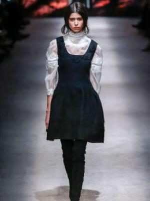 0d9746781291f0f Модные сарафаны на осень 2019 года представили буквально все ведущие  мировые дома моды от Alberta Ferretti до Prada. Стиль, у каждого дизайнера  свой, ...
