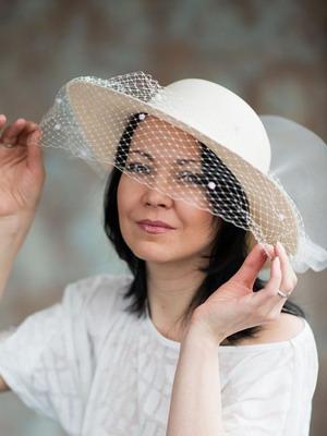 Свадебные шляпки и фото свадебных платьев с шляпками стильных моделей