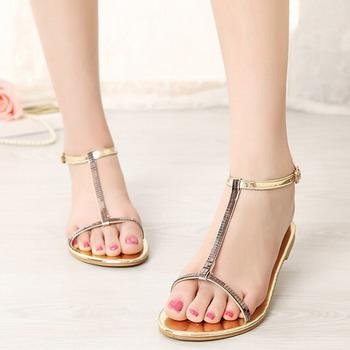 33fd66144 Если модели купальников начинают рассматривать и покупать (и худеть под их  размер) еще в январе, то модная пляжная обувь выбирается в последний момент.