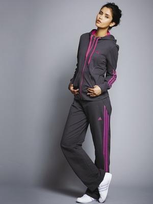 Основной упор производители женских спортивных костюмов весной 2019 года  делают на использование специализированных тканей. b3e99e39968