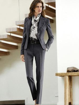 Серый брючный костюм женский