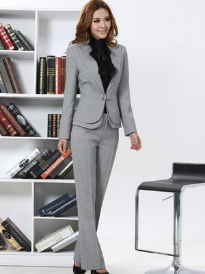 7f711f2b255 С чем носить женский серый брючный костюм на работу  Для создания  сдержанного образа деловой леди подойдет черно-белая блузка в вертикальную  полоску.