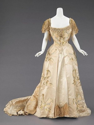 Шелковые женские платья с глубоким вырезом декольте