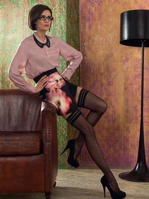 Фото в платье и чулках с поясом