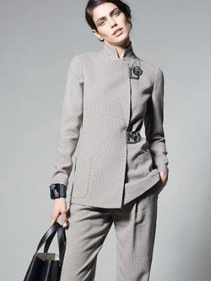 dfcd04ae5c3 Мода 2019 женские нарядные костюмы предлагает носить в белом цвете и нежных  пастельных тонах. Особенно модными стали оттенки белого – слоновая кость