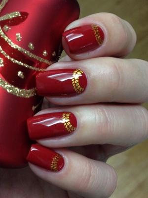 Красный маникюр с золотыми узорами