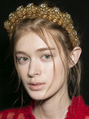 Новогодние аксессуары на голову для волос и другие украшения. Среди модных  аксессуаров, которые на Новый 2019 год ... 072213c8e79