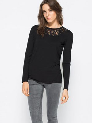e3737ec7356 А в сочетании с расклешёнными джинсами чёрная блузка сделает образ свободным  и независимым.