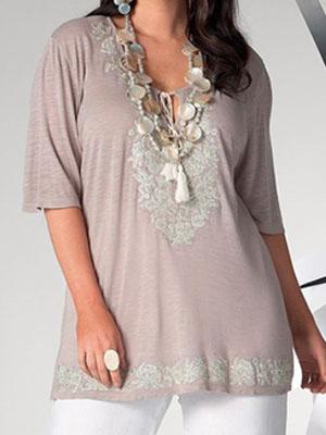 e89c06793a9 Полным женщинам можно предложить удлинённые блузки с завышенной талией и  V-образным вырезом. Это поможет сделать акцент на груди